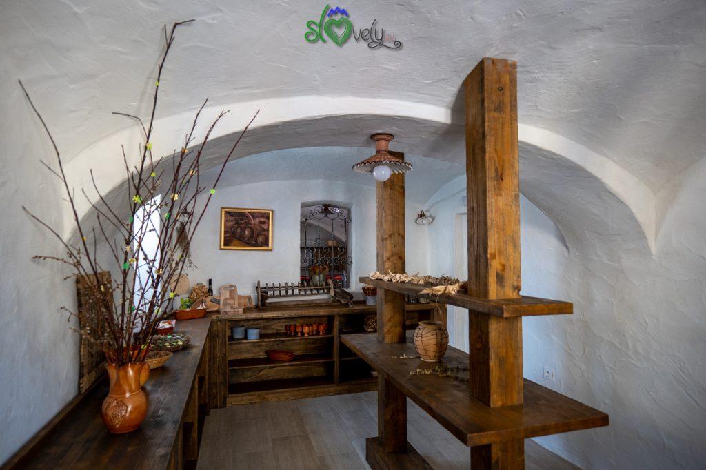 All'interno del Makolski lodn, con le specialità tipiche della zona.