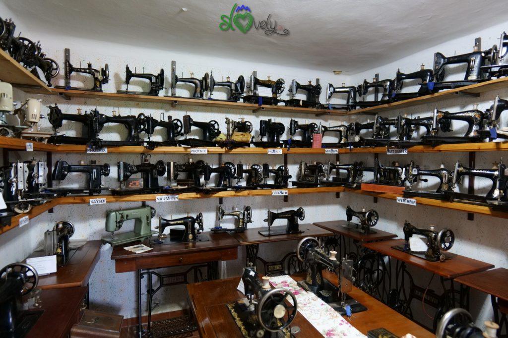 Una delle stanze piene di macchine da cucire.