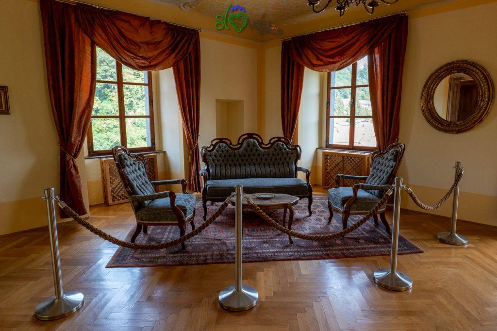 Il salone barocco all'interno del Dvorec Strmol a Rogatec.