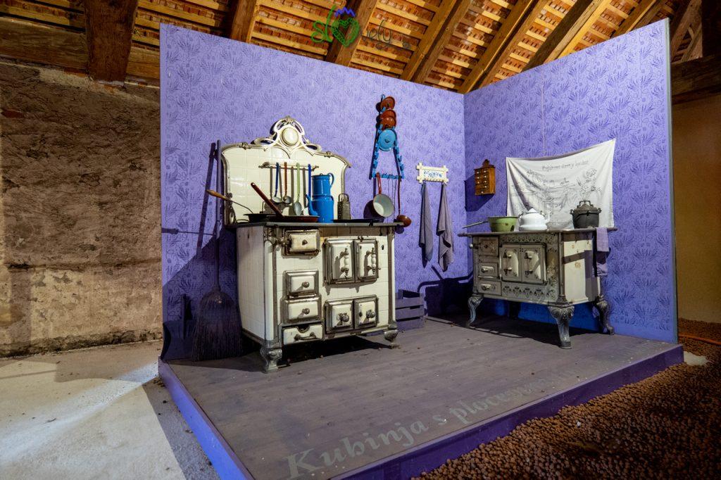 La bellissima mostra sulle cucine, nel castello di Strmol.