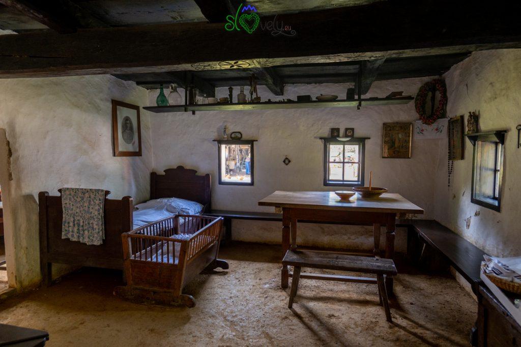 """La sala da pranyo, """"hiša"""", all'interno della Šmitova hiša."""
