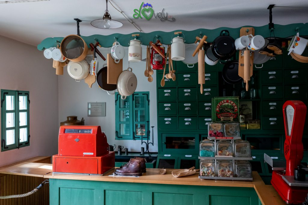 """All'interno del """"lodn"""", il negozio di una volta."""