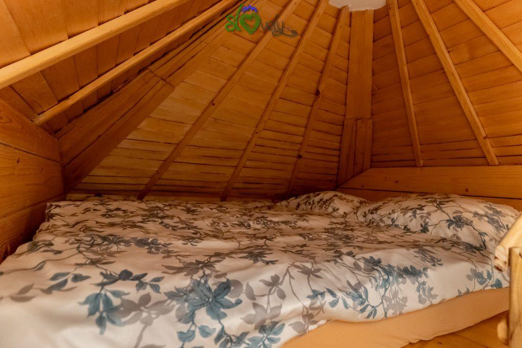 Il letto matrimoniale, sotto al tetto.