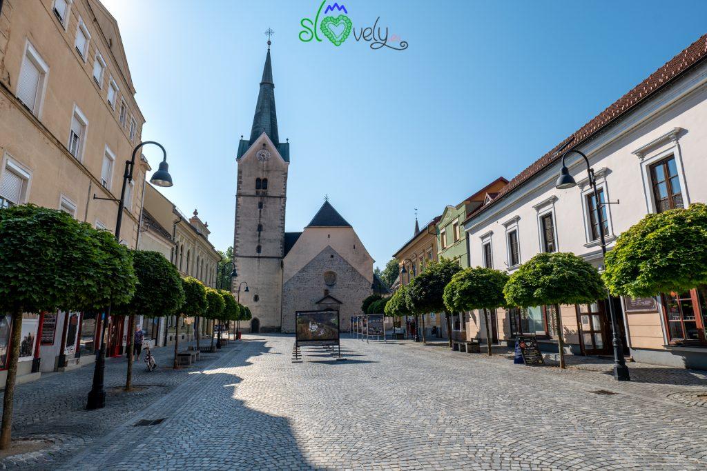 Trg Svobode con la chiesa di Santa Elisabetta.