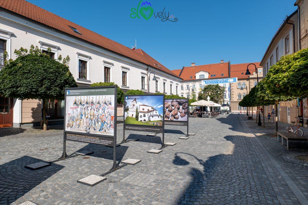 Trg Svobode con pannelli sulla storia di Slovenj Gradec.